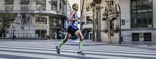 Pedro Luis Gómez pasa por Diagonal Norte en el Maratón de Buenos Aires 2017