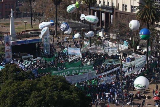 Miles de manifestantes llegaron a la Plaza de Mayo; Moyano encabezará el acto de protesta convocado por la CGT. Foto: LA NACION / Ricardo Pristupluk