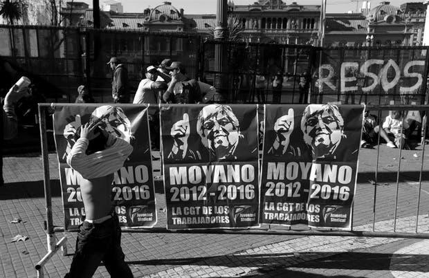 Afiches con la imagen de Moyano, horas antes de que el líder sindical diera su discurso en la Plaza de Mayo