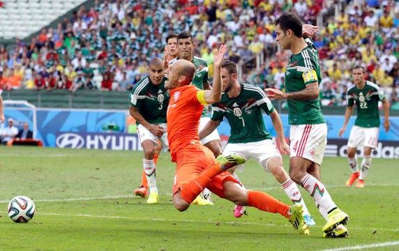 El dudoso penal sobre la hora que favoreció a Holanda contra México. Foto: EFE