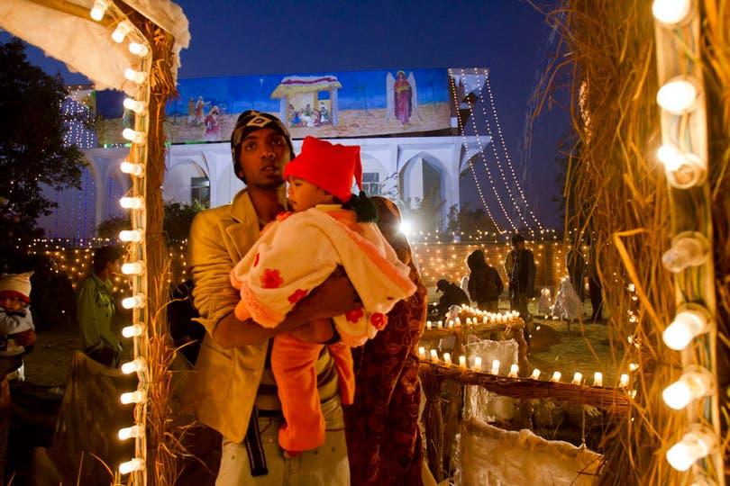 Un cristiano espera junto a su hermana el inicio de los festejos en un barrio de Islamabad, Pakistán. Foto: AP