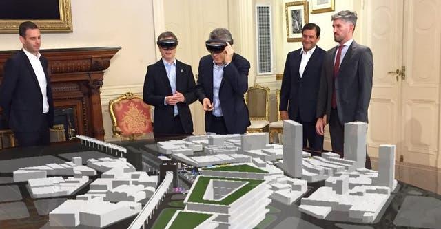 El presidente Mauricio Macri probando los lentes de realidad aumentada HoloLens