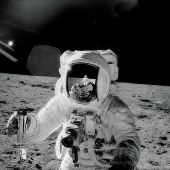 """En 1969, la misión Apollo 12 tuvo esta increíble autofoto de Charles """"Pete"""" Conrad, tomada en el reflejo del casco de su compañero Alan Bean. Foto: Gentileza NASA"""