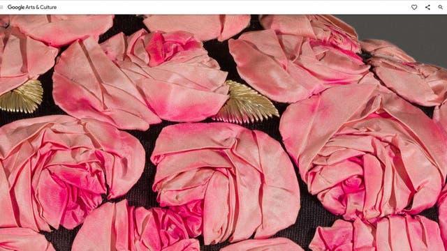 Zoom en alta resolución de las rosas bordadas en la espalda del vestido de Schiaparelli