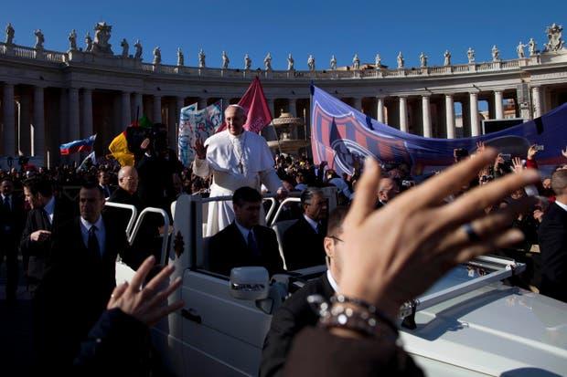 El Papa y la bandera del CASLA.  Foto:AP