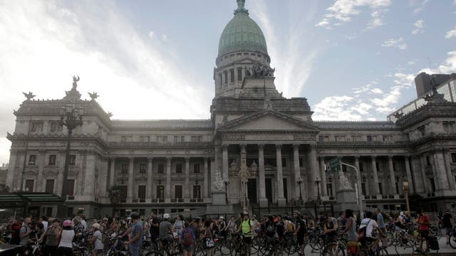 Los ciclistas frente al Congreso antes de comenzar la pedaleada