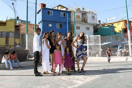 Varios de los integrantes de Guido Models en la canchita del barrio. Foto: LA NACION / Matías Aimar