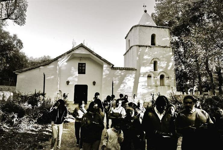 La iglesia de San Francisco. Desde la caída de la tarde, los fieles y las doctrinas (grupos de mujeres cantoras que bajan de los cerros) empiezan a congregarse frente a este templo de 1690