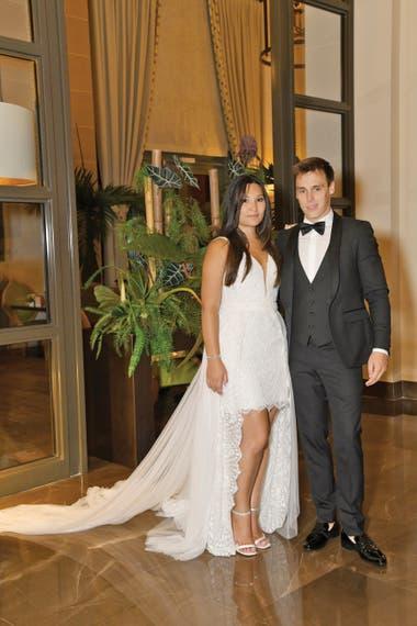 Los novios en el Monte Carlo Bay Hotel Resort, donde tuvo lugar la celebración. Para esa noche tan especial Marie llevó otro diseño de Rosa Clará, un traje mini con gran escote y sobrefalda larga de tul confeccionado con encaje y apliques de pedrería.