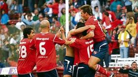 Un defensor con el traje de goleador: Gioda, tapado, recibe los saludos de Eluchans, Rodríguez, Montenegro, Fredes y Denis, tras el segundo tanto