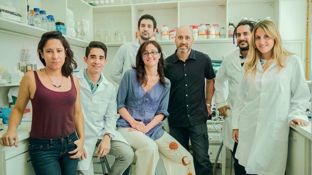 Los doctores Tomás Falzone, Elena Avale (centro) y equipo
