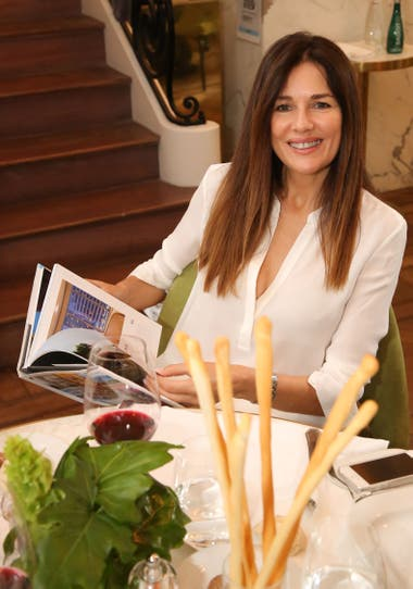 A ver... Andrea Frigerio hojeó el libro The Luxury Collection y después disfrutó de un rico almuerzo en Casa Cavia