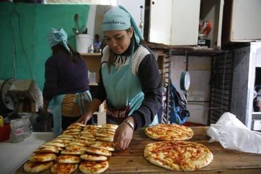 Panes y pizzas recién horneados se producen en la cooperativa Unión y Progreso, que Barrios de Pie atiende en Rafael Calzada