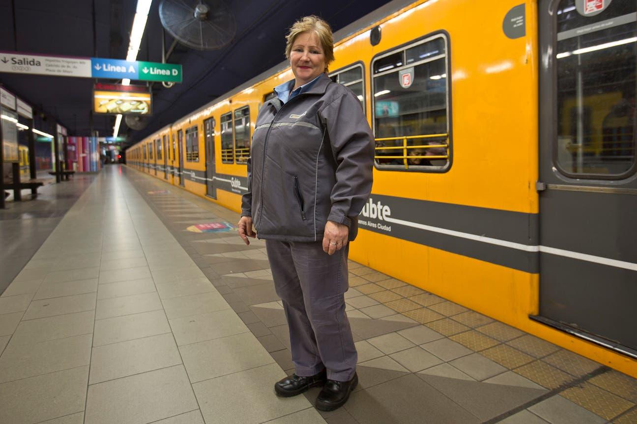 Cuando empezó, hace 16 años, muchas pasajeros no querían subir al tren porque manejaba una mujer