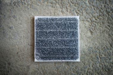 La superficie de los páneles está hecha de polímeros que se asemejan al plástico y genera más fricción que el material típico de autopistas