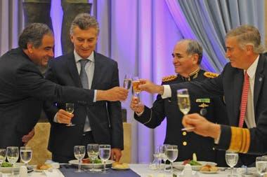 Macri y Aguad recibieron en Olivos a los jefes de las FF.AA. para anunciarles la suba; buscan revertir el malestar que había generado el magro incremento del 8%
