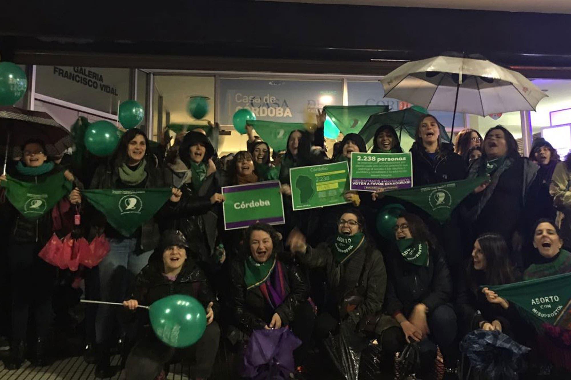 """Militantes del aborto legal hicieron """"pañuelazos"""" en las casas de las provincias"""