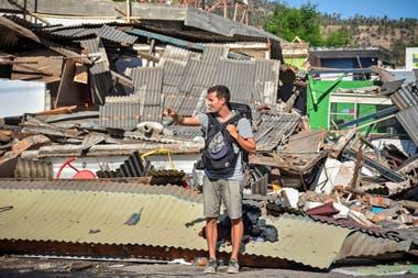 Miles de visitantes y residentes pasaron la noche en una colina por miedo al tsunami, pasado el alerta muchos turistas fueron evacuados de la zona