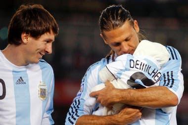 Martín Demichelis con su hijo en el Monumental, previa del partido de eliminatorias ante Colombia en 2009
