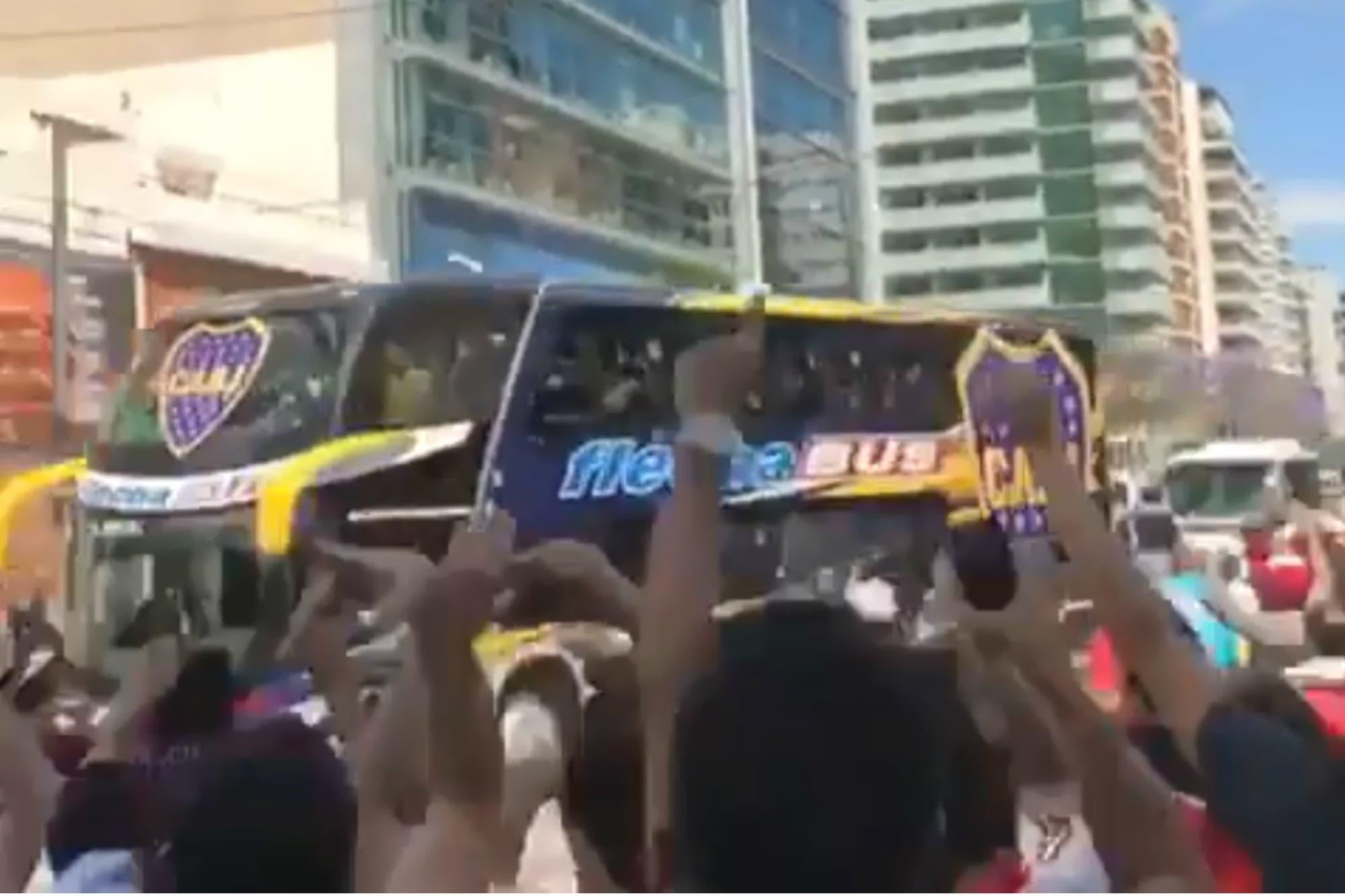 El video del paso del micro de Boca entre la hinchada de River y los gestos de los jugadores xeneizes