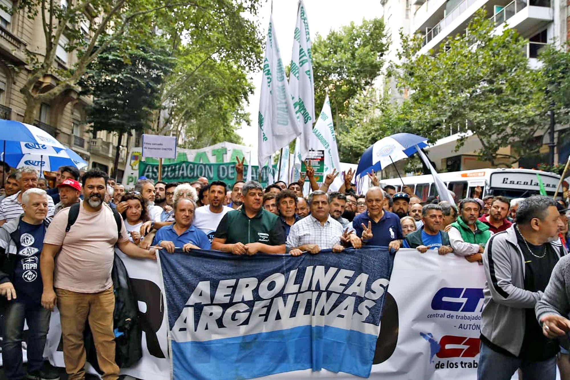 Corte en la 9 de Julio: manifestantes marchan con antorchas hacia el Congreso
