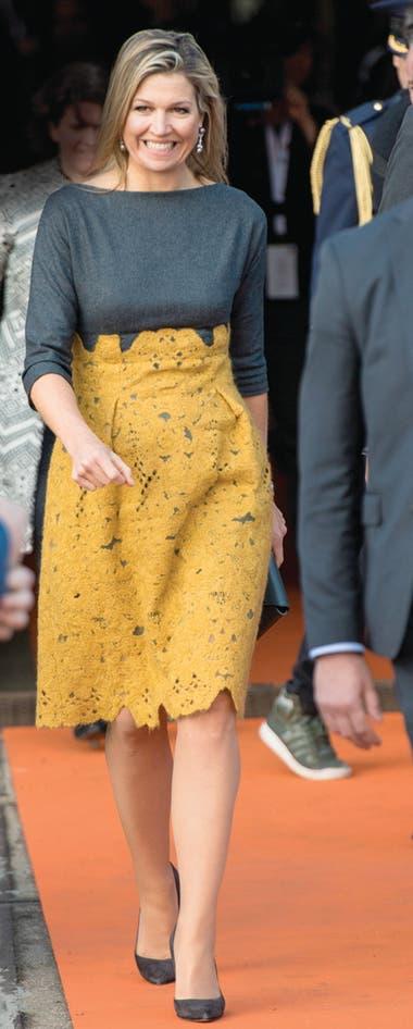 A pura sonrisa, se lució como oradora en el simposio sobre microcréditos organizado por Qredits. Elegantísima, lució un vestido con un cuerpo de lana gris y falda de encaje de Natan, que ya había usado el año pasado, también en Alemania.