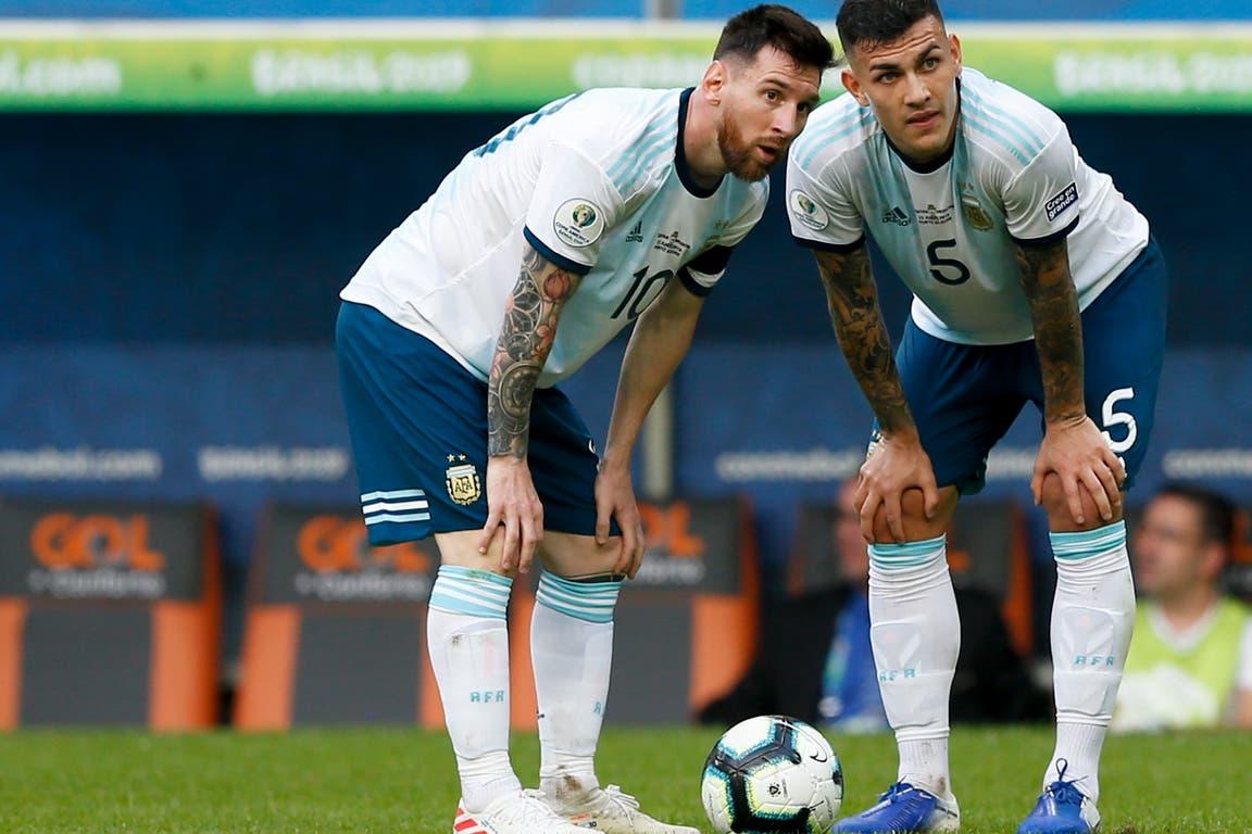 Leandro Paredes junto a Lionel Messi, en el partido ante Qatar