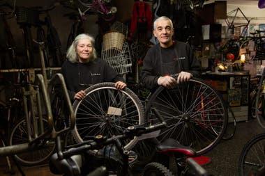 Gabriel y Claudia Busato en la bicicletería