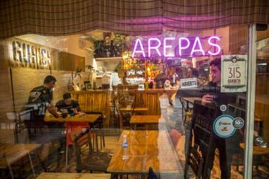 Guaica bar está escondido en la Galería Jardín, de Microcentro. Hace cinco años que hace comida venezolana