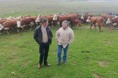 Jorge Sevillano, dueño de la cabaña Pirinaica, y Alejandro de La Tour, presidente de la asociación de los criadores de Hereford