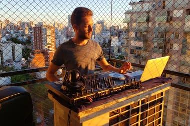 Todos los días a las 19, Lucas Waiser saca los parlantes al balcón y pasa música.