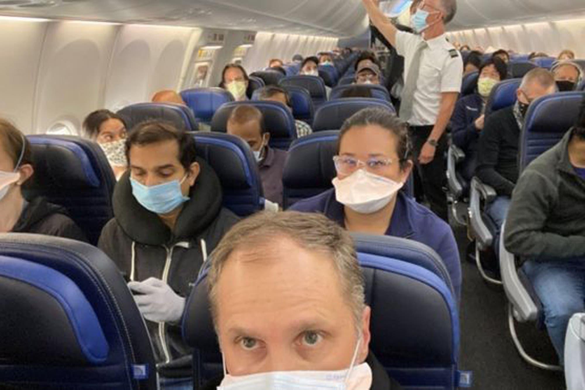 Coronavirus: la foto viral de un médico en un avión que llevó a United Airlines a ampliar sus medidas por el coronavirus