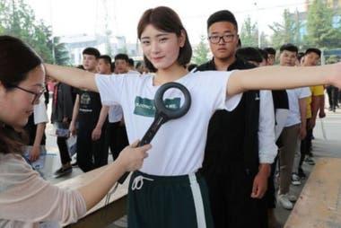 Quienes toman el gaokao deben someterse a estrictas medidas de seguridad. (Lianyungang, China, 2018)