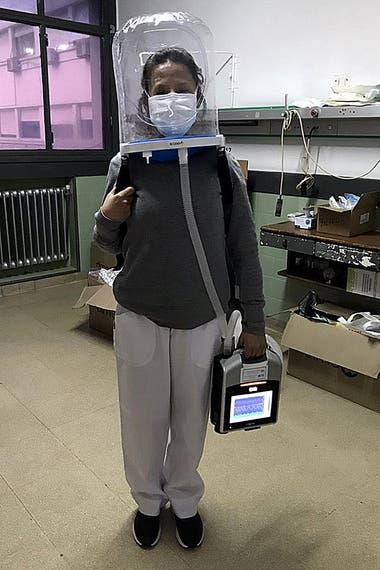 Con el sistema se usan máscaras o cánulas nasales para asistir la función pulmonar durante la infección por el Covid-19 y se coloca al paciente boca abajo para mejorar su oxigenación