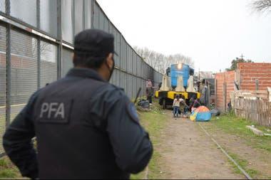La zona, próxima al tendido de vías, está custodiada por efectivos de la Policía Federal y, según el comunicado de Trenes Argentinos, las familias dividieron el área en parcelas y comenzaron a construir casillas con madera y chapa