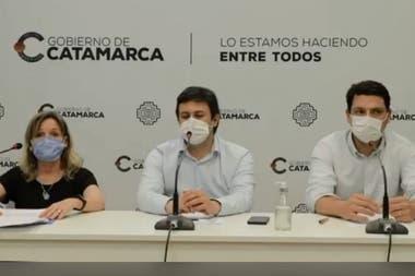 Claudia Palladino, Ministra de Salud de Catamarca, encabezó el anuncio de circulación comunitaria del virus junto a miembros del COE (Comité de Emergencia)