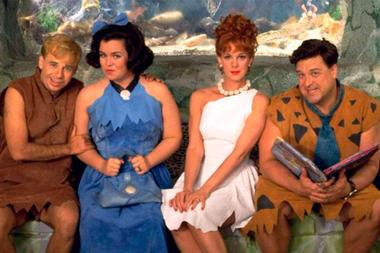 Rick Moranis, Rosie ODonnell, Elizabeth Perkins y John Goodman en la versión cinematográfica de Los Picapiedra