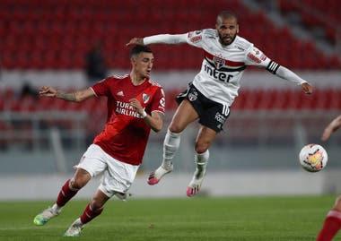 Dani Alves, jugador de San Pablo, es marcad por Matías Suárez, de River