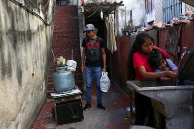 Douglas Felipe Alves Nascimento, de 21 años, perdió su trabajo y vende comida en la calle en San Pablo