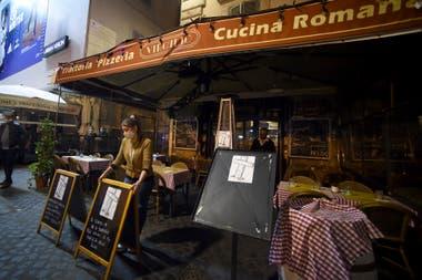 Un empleado cierra un bar en la plaza Campo de Fiori en Roma