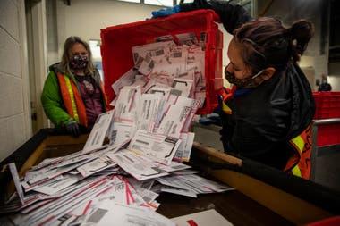 Trabajadoras electorales verifican los votos en Portland, Oregon
