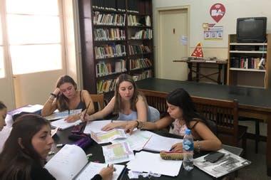 Un grupo de alumnas estudia en el segundo piso de la Biblioteca Martín del Barco Centenera