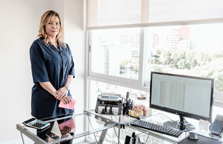 """Elena Martínez. De 48 años y licenciada en Administración, dice que le costó mucho conseguir trabajo en ese rubro: """"Así que fui ampliando la búsqueda. Ahora estoy limpiando casas y no me importa. Si hay que limpiar, limpio"""""""