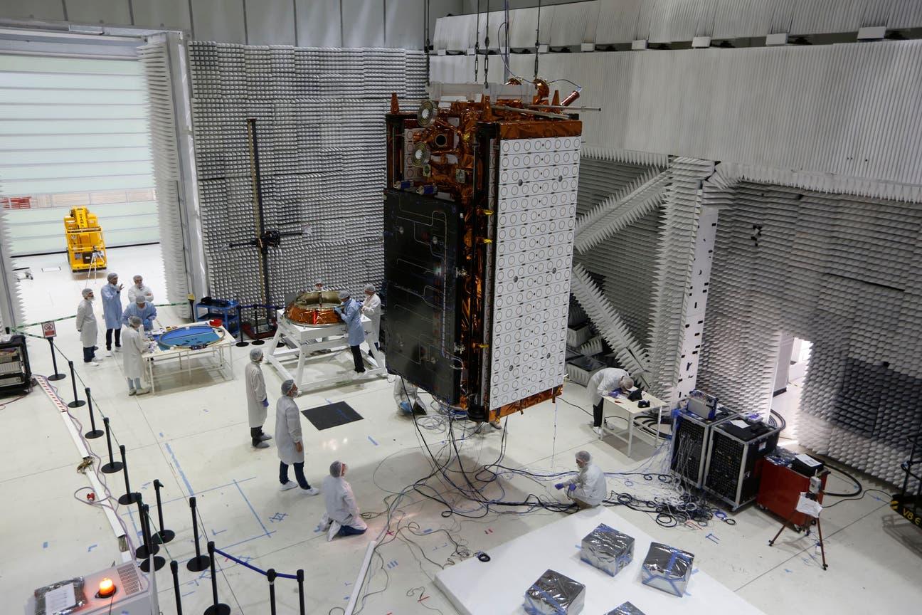 La familia de satélites Saocom servirá para prevenir inundaciones y realizar mapas de productividad para la agroindustria. Desplegado, el satélite mide 10 metros de largo por 3,5 de ancho