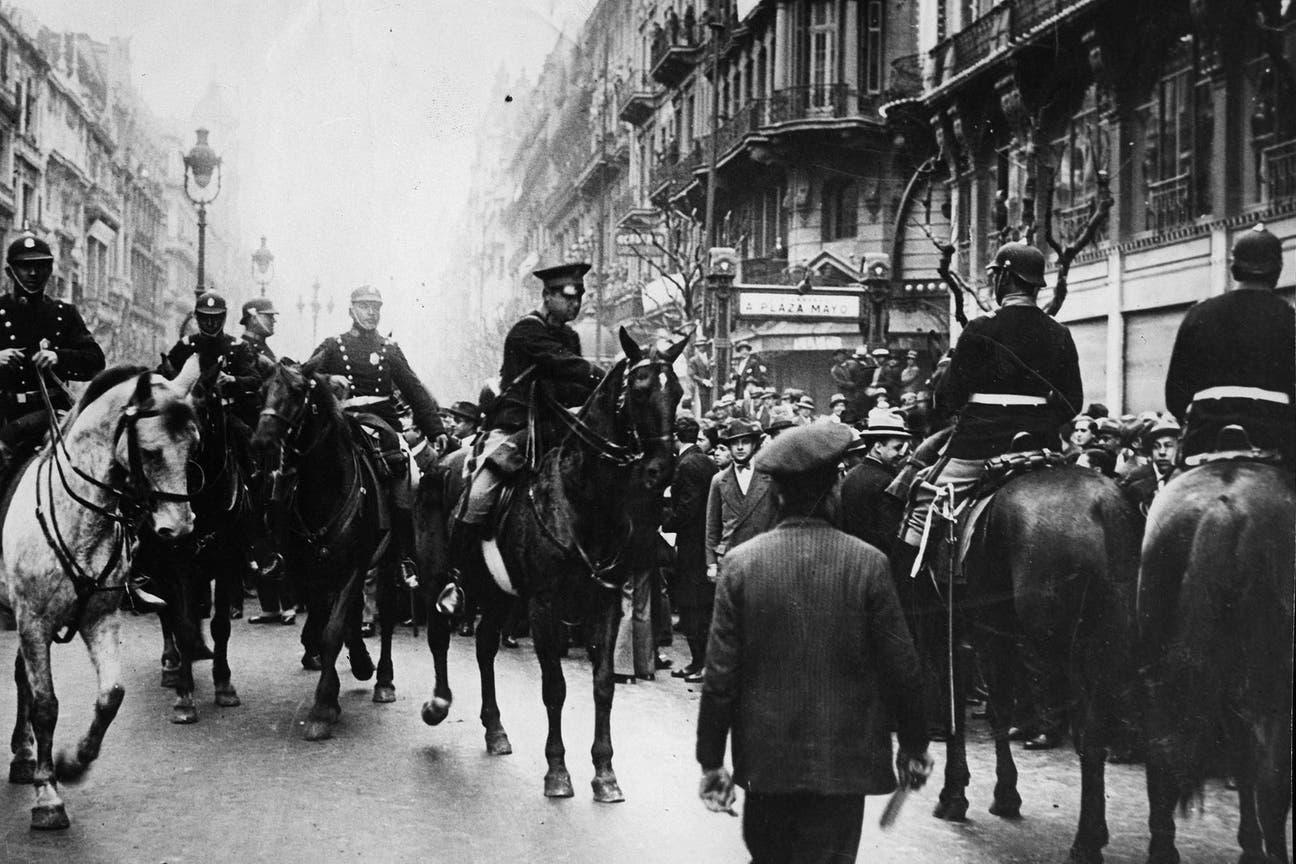 Década infame. 6 de septiembre de 1930. Fuerzas del Escuadrón de Seguridad impiden el avance de manifestantes hacia Plaza de Mayo