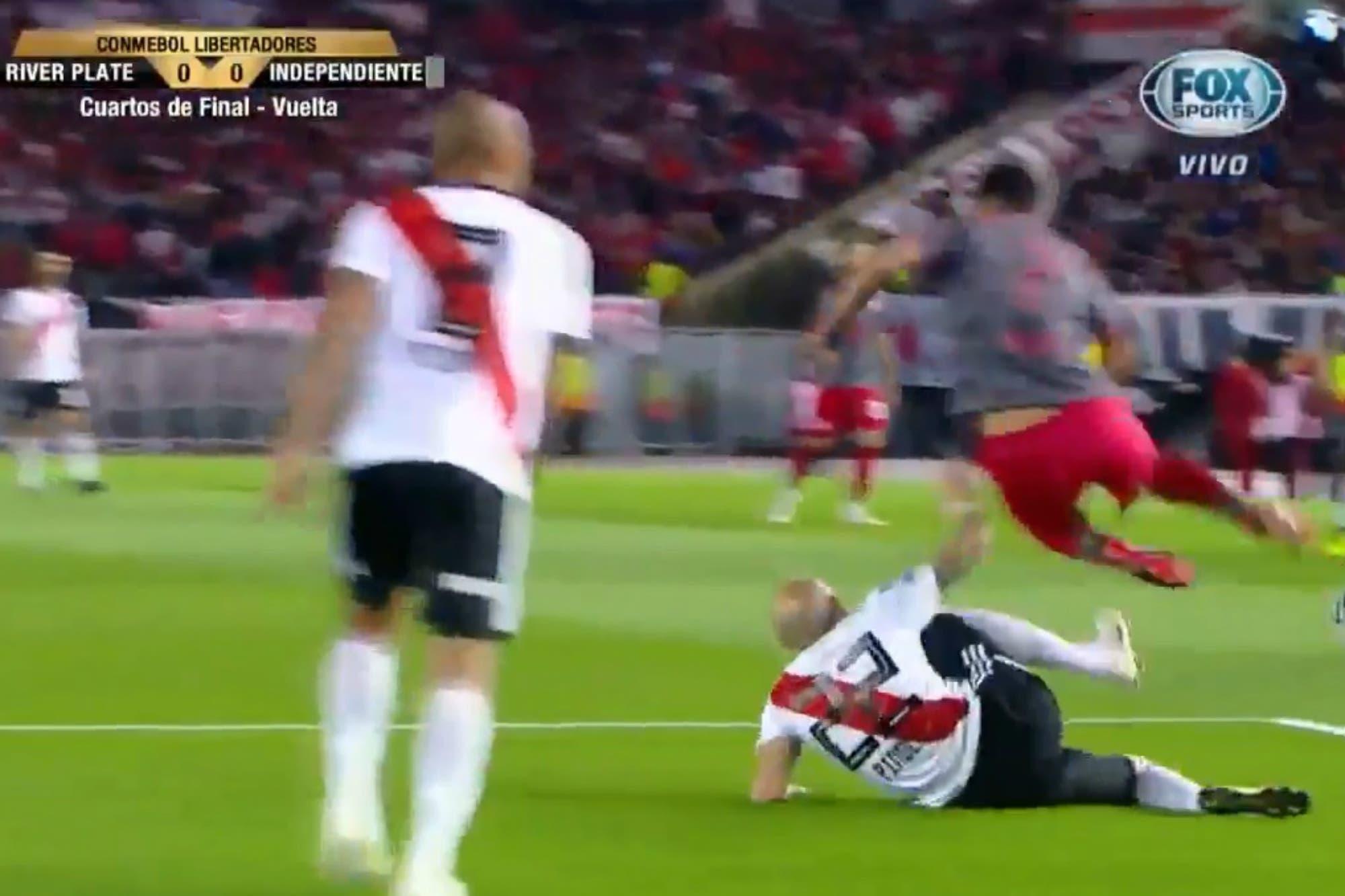 River-Independiente: el uso del VAR no advirtió un penal de Javier Pinola sobre Martín Benítez