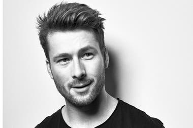Glen Powell, de Set It Up a La sociedad literaria de Guernsey
