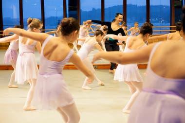 Sala de ballet del Teatro del Lago: el cielo y los volcanes van a clase con la maestra Macarena Montecino en los salones que dan al lago Llanquihue