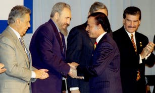 Other summits in Argentina: from the tension between Fidel Castro and Menem to the countersummit of Chavez and Maradona