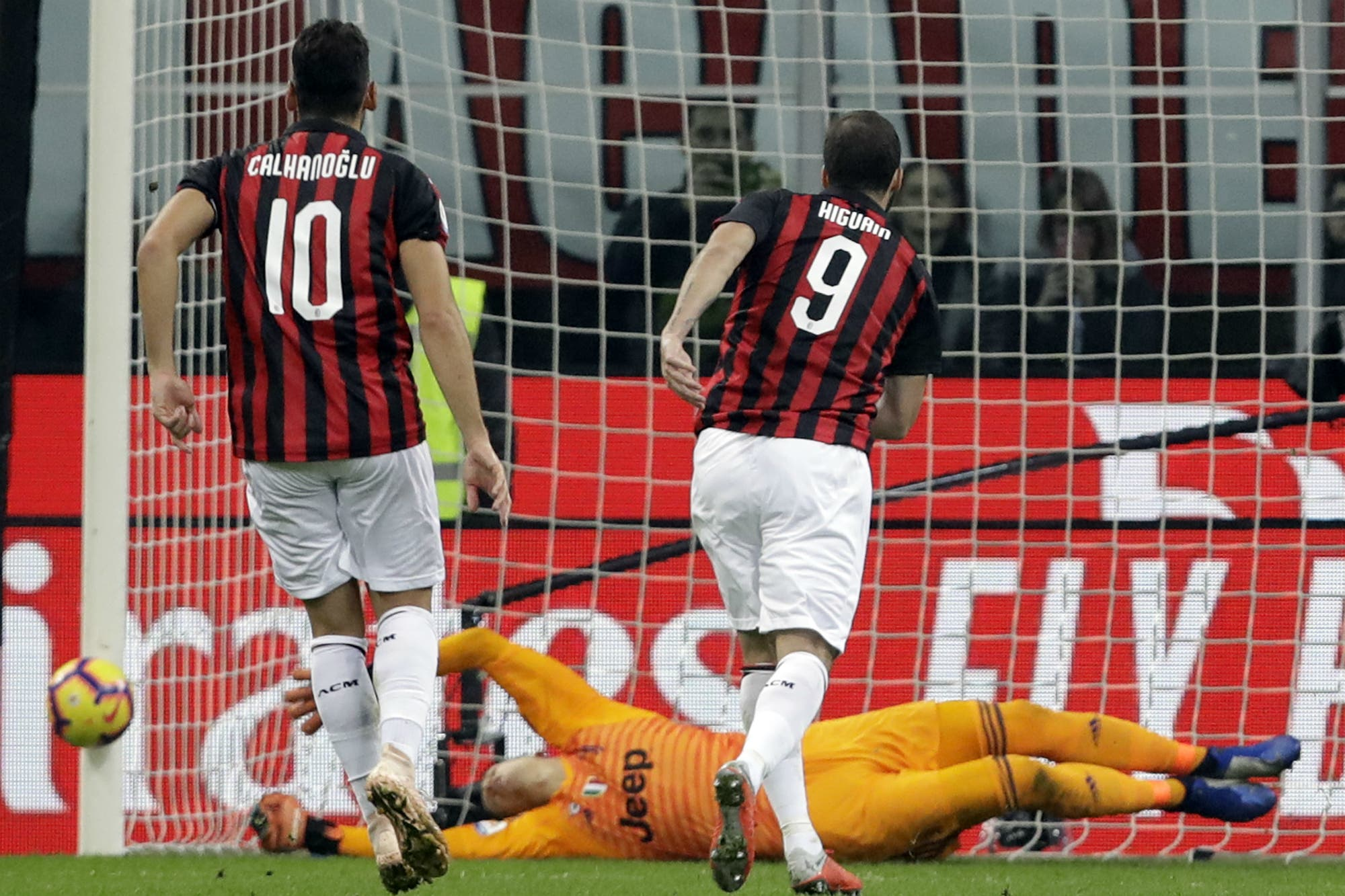 Todo mal para Higuaín: erró un penal, lo expulsaron y Milan perdió con Juventus por 2-0